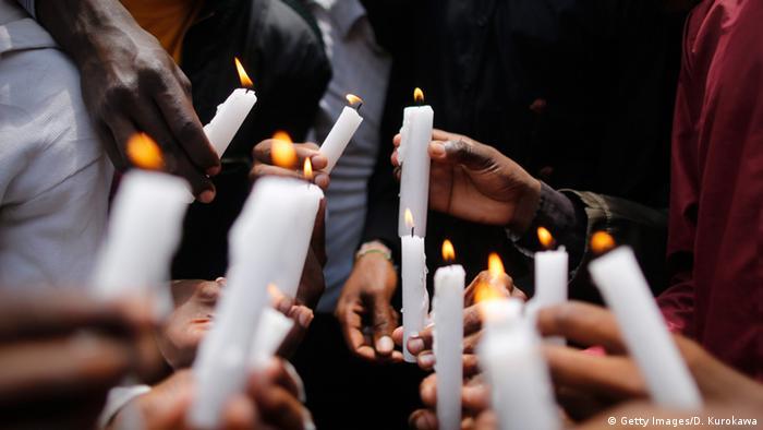 Kenyans holding candles (Getty Images/D. Kurokawa)