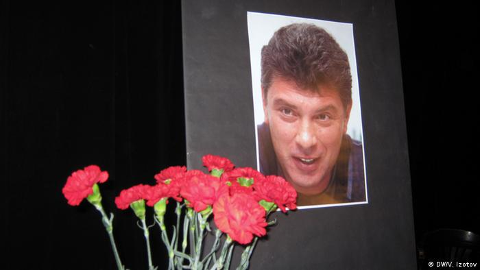 Цветы у фотографии Бориса Немцова