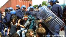 epa02831382 (FILE) A file picture dated 20 July 2001 shows policemen as they struggle with anti-globalisation protesters during the G8 summit in Genoa. Commemorative events are scheduled to be held in Genoa 20 July 2011 on the 10th anniversary of the death of Italian protester Carlo Giuliani, who was shot by a policeman during the violence-scarred G8 summit in Genoa, 20 July 2001. EPA/ANJA NIEDRINGHAUS +++(c) dpa - Bildfunk+++ (eingest. 08.04.2015, fab)