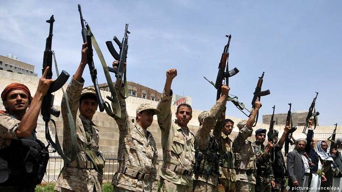Mitglieder der Huthi-Miliz demonstrieren in Sanaa gegen die Luftangriffe (Foto: ABACAPRESS)