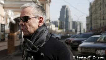 man crossing a street photo: REUTERS/Maxim Zmeyev