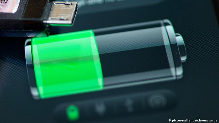 Batterie Akku aufladen Symbolbild (Foto: Picture-alliance/ chromorange)