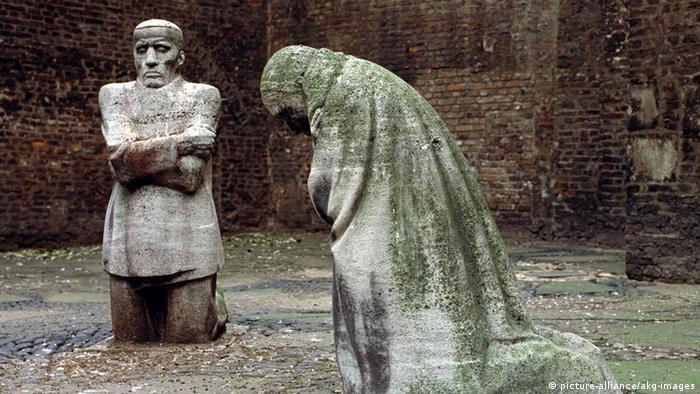 Käthe Kollwitz's sculpture Mourning Parents