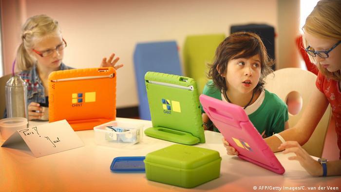 Kinder vor bunten Tablet-Computern