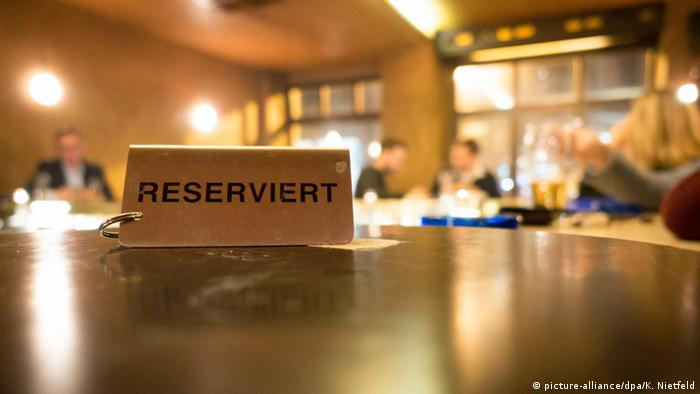 reserved sign on a restaurant table copyright: dpa
