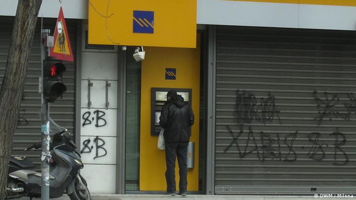 Ein Grieche vor einem Bankautomat (Foto: DW/Marianthi Milona)