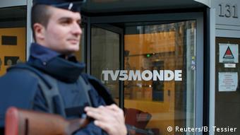 Frankreich Polizist vor der Zentrale von TV5 Monde in Paris
