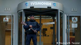 Ένοπλοι φρουρούν την είσοδο του TV5 στο Παρίσι