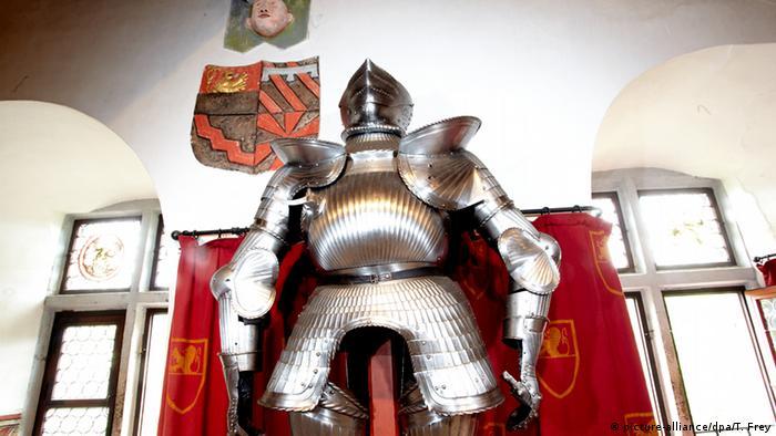 Рыцарские доспехи в совещательной комнате замка Эльц
