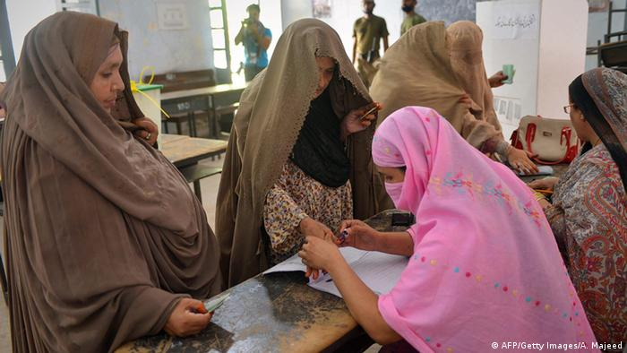 Bildunterschrift:Burqa-clad Pakistani women vote at a polling station during the country's by-election in several constituencies, in Peshawar on August 22, 2013 (Photo: A. MAJEED/AFP/Getty Images)