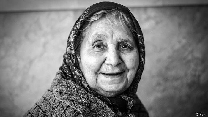 رسانهها و محافل کارشناسی نسبت به گسترش دامنه سالمندی هشدار میدهند. دامنه سالمندی یعنی وقتی که ۱۵ درصد جمعیت کشور ۶۰ تا ۶۵ ساله باشند. این هشدارها در حالی است که هیچ تجربهای در ایران برای مواجهه مدیریت شده با چنین پدیدهای وجود ندارد. نه در ساختارها، نه در آمادگی بیمهها، نهادها، مراکز نگاهداری و رسیدگی، شهرسازی و نه در مناسبات انسانی درون خانوادگی.