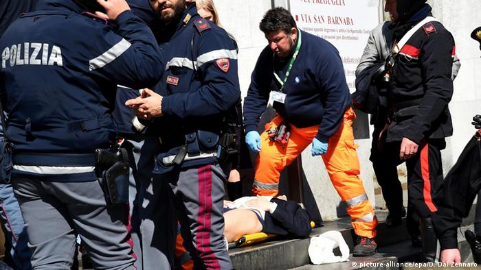 Rescuers and police help an injuried out of the Justice Palace in Milan, Italy, 09 April 2015 (Photo: EPA/DANIEL DAL ZENNARO)