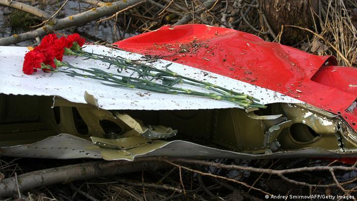 Цветы на обломках разбившегося под Смоленском самолета