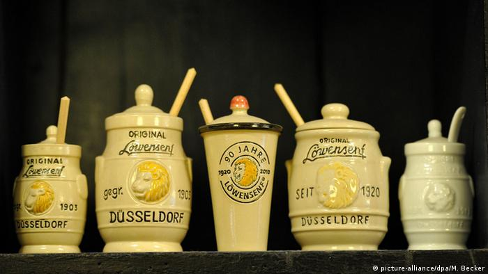 Old-fashioned jars of mustard (picture-alliance/dpa/M. Becker)