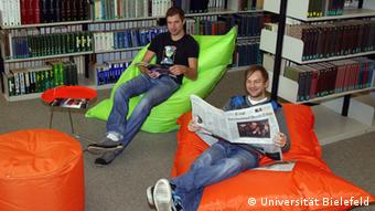 Students reading in beanie chairs at the University of Bielefeld library, Copyright: Universität Bielefeld