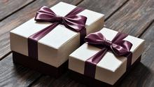 Two elegant gift boxes on a wooden background. https://www.colourbox.de/bild/elegante-geschenk-boxen-bild-7839815