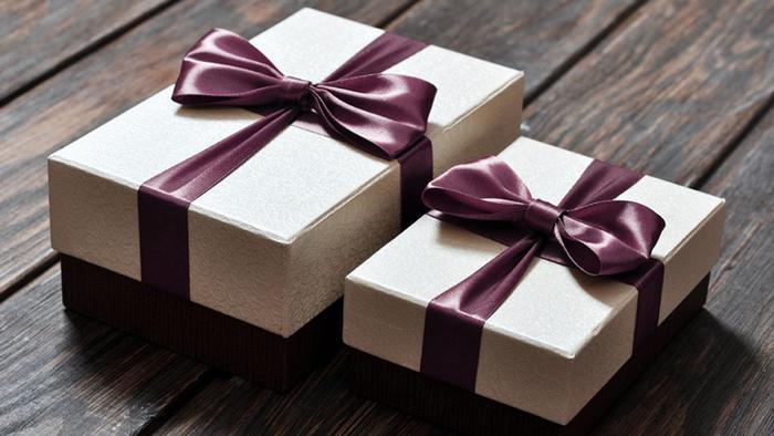 Zwei verpackte Geschenke