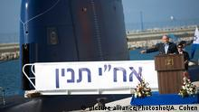 Israeli Prime Minister Benjamin Netanyahu gives a speech next to a Dolphin AIP class submarine at a naval base in Haifa (picture alliance/Photoshot/A. Cohen)