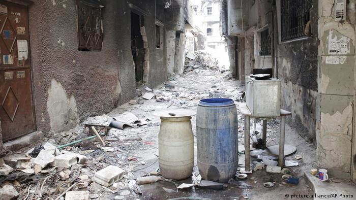 Rubble in an alley in the Yarmouk refugee camp (picture-alliance/AP Photo)