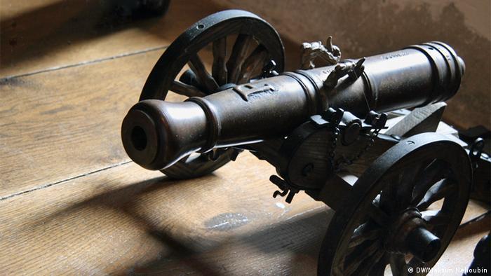 Пушка в одном из залов замка Эльц