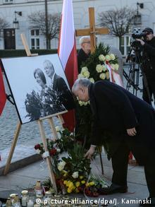 Brat poginulog predsjednika Jaroslaw Kaczyński pri polaganju cvijeća pred predsjedničkom palačom u Varšavi