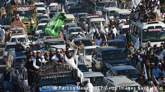 09. April 2015 Pakistani activists from the Jamaat-ud-Dawa political organisation take part in a rally in support of the government of Saudi Arabia regarding the situation in Yemen near the presidency in Islamabad on April 9, 2015. (Photo: Farooq Naeem, AFP/Getty Images)