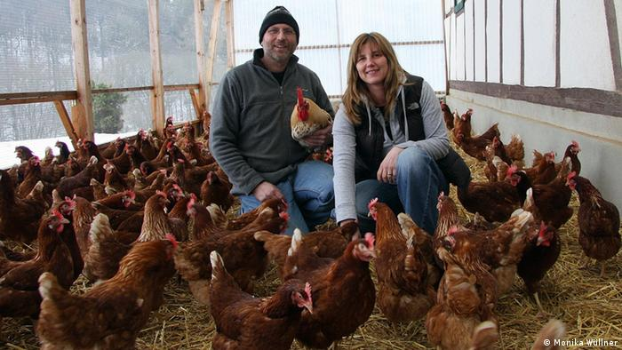 Johannes and Martina Rodewyk with their hens (Photo: Monika Wüllner)