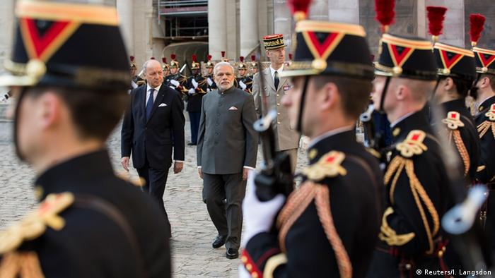 French Foreign Affairs Minister Laurent Fabius (L) and Indian Prime Minister Narendra Modi (C) attend a ceremony in the courtyard of the Hotel des Invalides in Paris, France, 10 April 2015. (Photo: Ian Langsdon/Reuters)