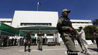 Paramilitary soldiers walk past the Parliament building during a joint sitting of the parliament in Islamabad April 10, 2015 (Photo: REUTERS/Faisal Mahmood)