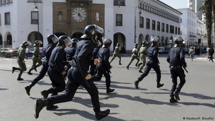 عناصر من الشرطة المغربية وهي تفرق مظاهرة في العاصمة الرباط في لأبريل نيسان 2015