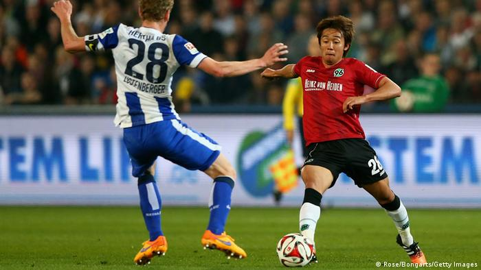 Hanover and Hertha player challenge for the ball