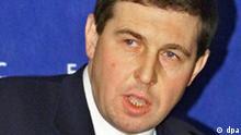 Andrej Illarionow, Wirtschaftsberater des russischen Präsidenten Putin, spricht vor einem Treffen des Weltwirtschaftsforums von Davos in Moskau (Archivfoto vom 29.10.2001). Als «Betrug des Jahres» hat Illarionow den Mehrfachverkauf des Yukos-Ölförderers Juganskneftegas bezeichnet. Der zuletzt durch kritische Äußerungen zur Kreml-Politik aufgefallene Berater sagte am Dienstag (28.12.2004) in Moskau, staatliche Unternehmen spielten eine Art «Hütchenspiel» mit Juganskneftegas. Foto: Kochetkov (Zu dpa 0470 vom 28.12.2004) +++(c) dpa - Bildfunk+++