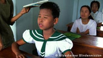 Ein blindes Mädchen lernt Braille-Lesen in einer Blindenschule der Hildesheimer Blindenmission in Meiktila/Birma (Myanmar)(Quelle: AP)