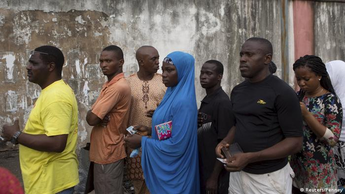 Nigeria wählt Gouverneure und Regionalparlamente - Voters stand in line during governorship elections in Lagos, Nigeria. REUTERS/Joe Penney