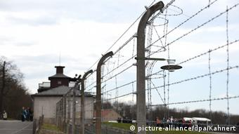 Fence from the former Buchenwald concentration camp (picture-alliance/dpa/Kahnert)