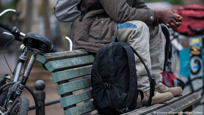 Ein Flüchtling sitzt auf einer Parkbank am Oranienplatz