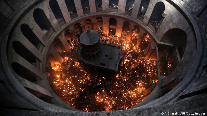 Heiliges Feuer in der Grabeskirche in Jerusalem entzündet (A.Gharabli/AFP/Getty Images)