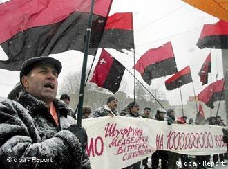 Manifestantes ucranianos frente a la embajada rusa en Kiev apoyan al congreso de Ucrania en el conflicto con Rusia y su consorcio energético Gazprom.