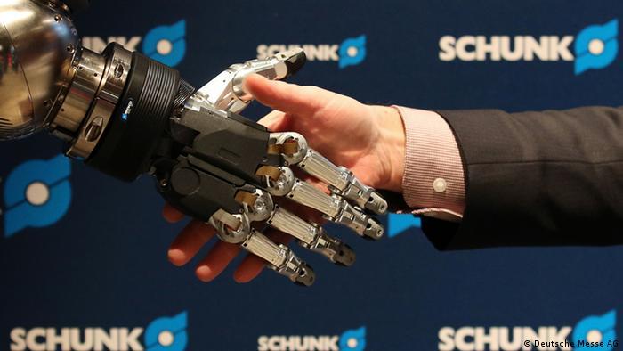 Рука робота жмет руку человеку, робот фирмы Schunk