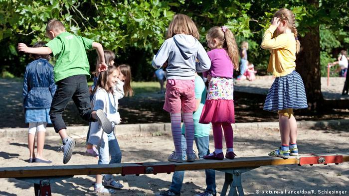 Deutschland Spielende Kinder (picture-alliance/dpa/R. Schlesinger)