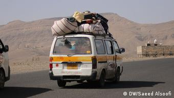 Bus carrying Yemenis fleeing the fighting Photographer : Saeed Al soofi(dw.correspendent)