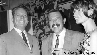 Deutschland Günter Grass Schriftsteller s/w mit Willy Brandt