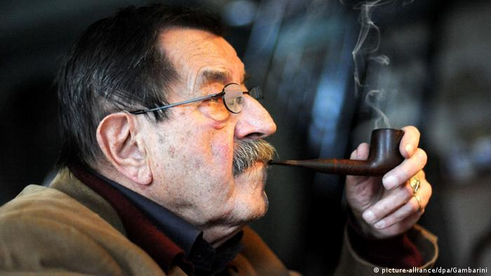 Günter Grass at age 82 smoking a pipe (picture-alliance/dpa/Gambarini)