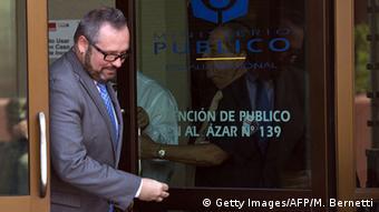 Sebastián Dávalos, el hijo de Bachelet, abandonando la fiscalía.