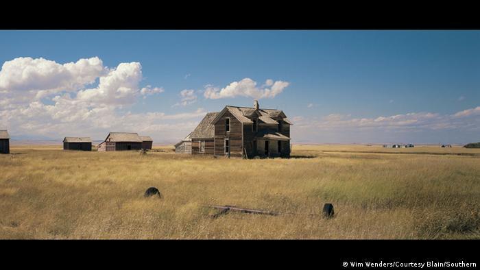 Foto von einem Feld mit Holzhäusern (Foto: Wim Wenders/Courtesy Blain/Southern)