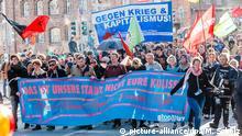 Demonstranten ziehen am 13.04.2015 in Lübeck (Schleswig-Holstein) auf einem Protestzug gegen das morgige G7 Treffen der Außenminister mit dem Transparent Das ist unsere Stadt nicht eure Kulisse und Fahnen durch die Innenstadt. In der Hansestadt wird am 14. und 15. April das Treffen der G7 Außenminister stattfinden. Foto: Markus Scholz/dpa