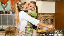 Frau mit Kindern in einer Küche. ID # 8682876 - colourbox.de