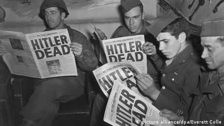 Газети з заголовками про смерть Гітлера