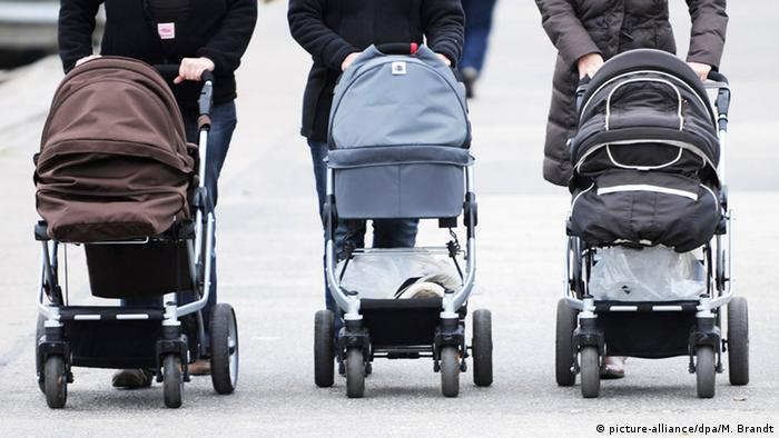 Drei Frauen mit Kinderwagen