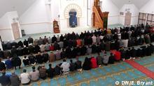 Prayers at Lyon mosque Thema: Katholische Universität in Lyon - Säkularismus-Kurse gegen radikalen Islamismus. *** Elizabeth Bryant/DW, Lyon 23. März